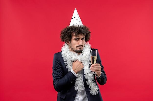 Vue De Face Jeune Homme Célébrant Une Autre Année Sur Le Mur Rouge Partie De Vacances Humaines Photo gratuit