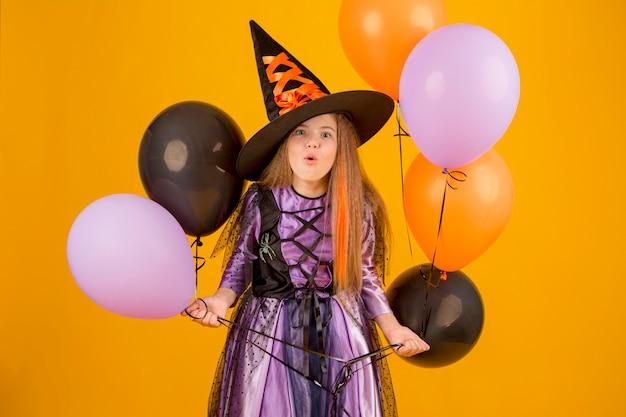 Vue De Face De Jolie Fille Avec Costume Photo gratuit