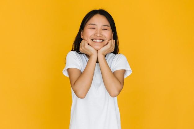 Vue de face, jolie jeune femme souriante Photo gratuit