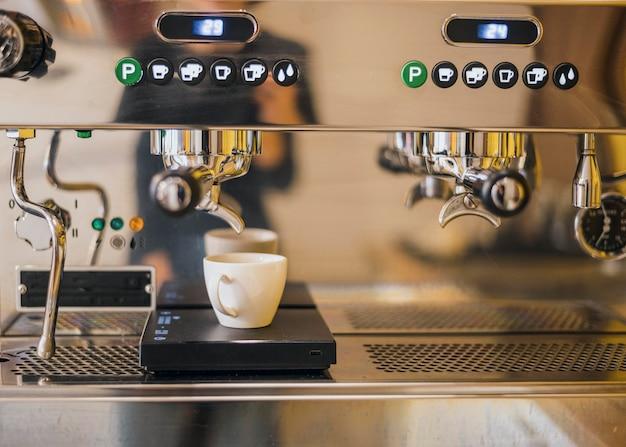 Vue De Face De La Machine à Café Avec Tasse Photo gratuit