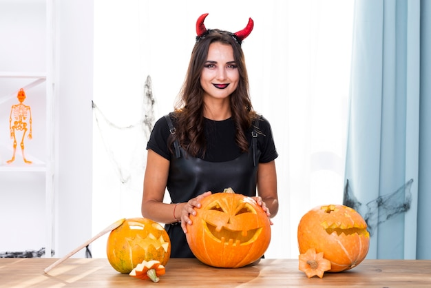 Vue de face de la mère en costume d'halloween Photo gratuit