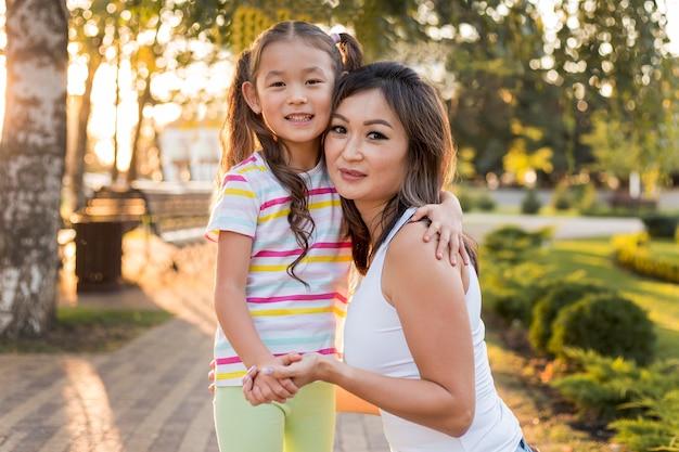 Vue De Face Mère Et Fille Asiatique Se Tenant La Main Photo Premium
