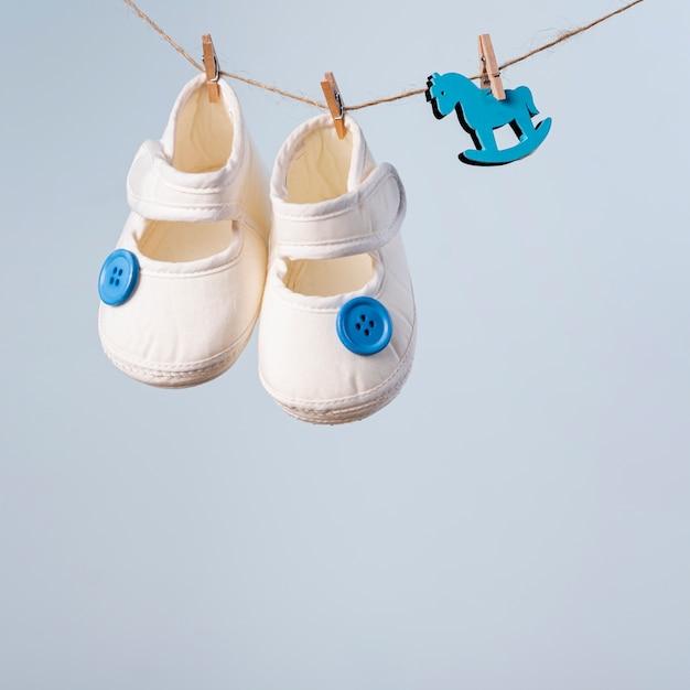 Vue De Face De Mignonnes Petites Chaussures De Bébé Photo gratuit