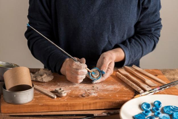 Vue De Face De Multiples Outils De Sculpture Sur Table Photo gratuit