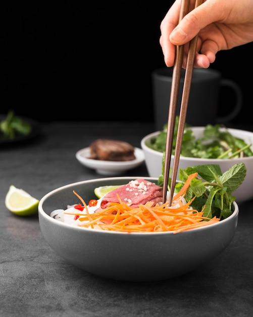 Vue de face de nouilles aux carottes et espace de copie Photo gratuit