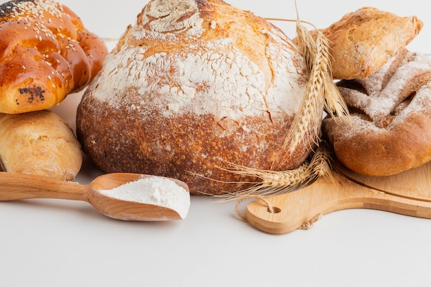 Vue de face de pain cuit au four avec une cuillère en bois Photo gratuit