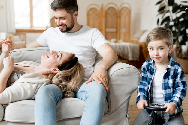 Vue De Face, Parent Et Enfant Restant à L'intérieur Photo gratuit