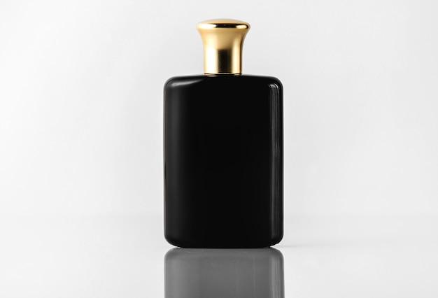 Une Vue De Face Parfum Noir Conçu Avec Un Capuchon En Or Sur Le Sol Blanc Photo gratuit