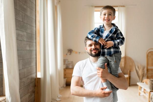 Vue De Face Père Et Enfant Heureux Photo gratuit