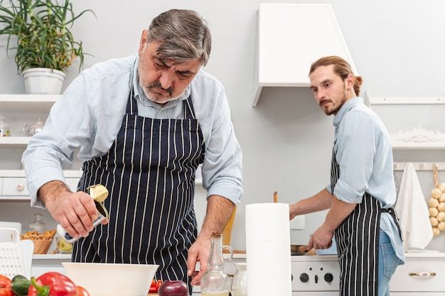 Vue de face père et fils cuisine Photo gratuit