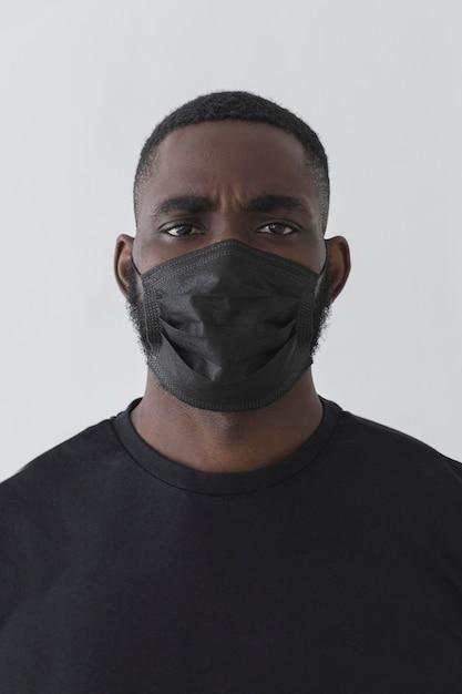 Vue De Face Personne Noire Portant Un Masque Photo gratuit