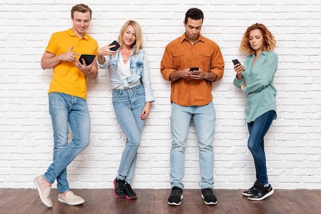 Vue de face des personnes avec un téléphone portable Photo gratuit