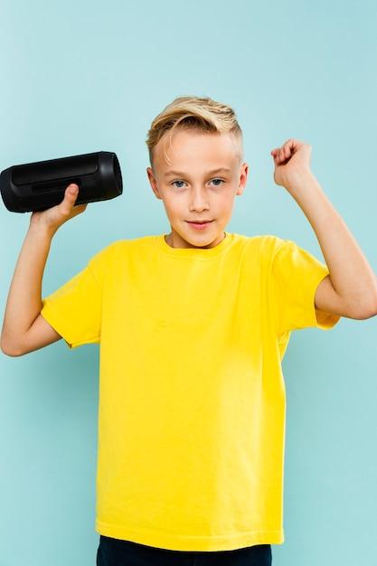 Vue de face, petit garçon tenant une cassette Photo gratuit