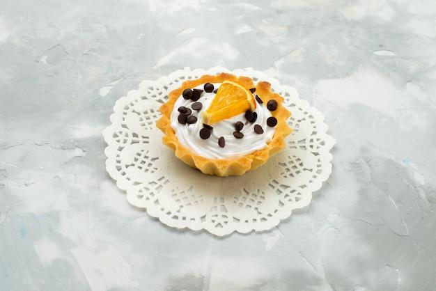 Vue De Face Petit Gâteau Délicieux Avec De La Crème Et Des Fruits Secs Sur La Surface Légère Gâteau Sucré Pâte Sucrée Photo gratuit