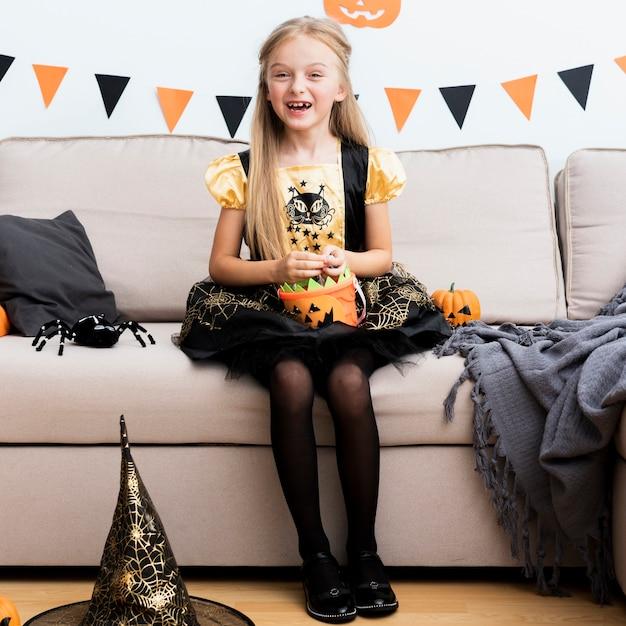 Vue De Face De Petite Fille En Costume De Sorcière Photo gratuit