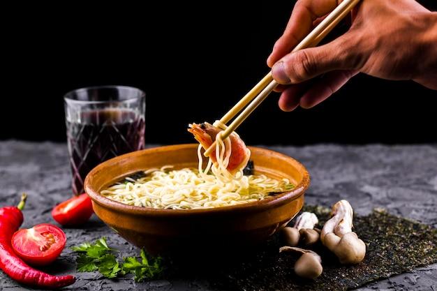 Vue de face d'un plat asiatique de nouilles aux crevettes Photo gratuit