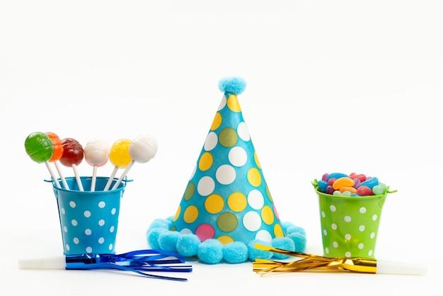 Une Vue De Face Sucettes Et Bonbons Colorés à L'intérieur Des Paniers Avec Chapeau D'anniversaire Sur Blanc, Couleur Sucre Sucré De Bonbons Photo gratuit
