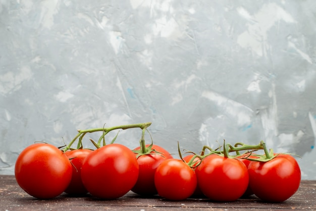 Vue De Face Tomates Rouges Fraîches Mûres Et Entières Sur Bois, Couleur Alimentaire De Fruits Légumes Brun Berry Photo gratuit