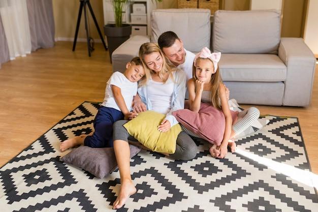 Vue En Famille Passer Du Temps Dans Le Salon Photo gratuit