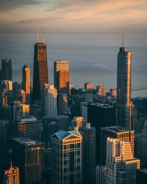Vue Fascinante Sur Les Hauts Immeubles Et Les Gratte-ciel Avec L'océan Calme Photo gratuit