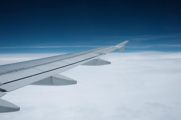 Vue de la fenêtre de l'avion avec des nuages Photo Premium