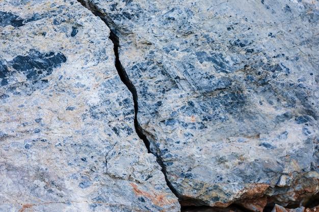 Vue de fissuré entre le rocher Photo gratuit