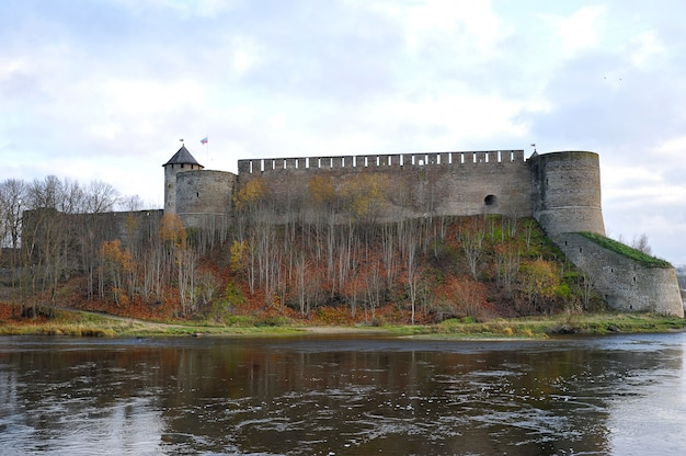 Vue de la forteresse sur la rivière narva à ivangorod Photo Premium