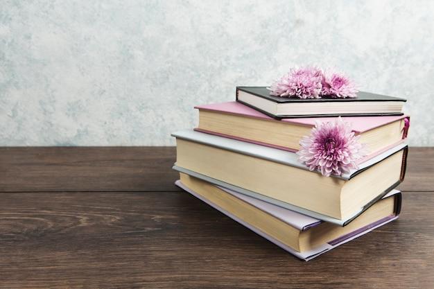 Vue frontale, de, arrangement livre, sur, table bois Photo gratuit