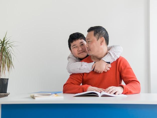 Vue Frontale, Asiatique, Père Fils, étreindre Photo gratuit