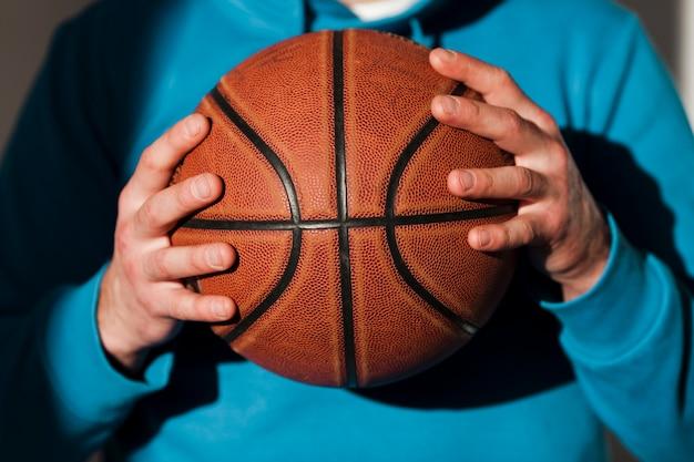 Vue Frontale, De, Basket-ball, Tenue, Par, Homme, Dans, Capuche Photo gratuit