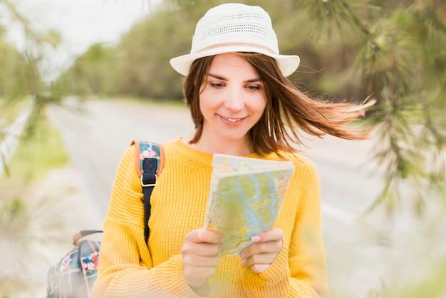 Vue frontale, de, charmant, femme voyage Photo gratuit