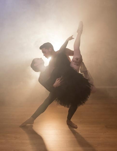 Vue frontale, couple, danse, fumée Photo gratuit