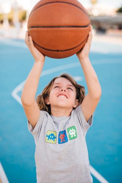Vue frontale, de, enfant, basketball jouant Photo gratuit