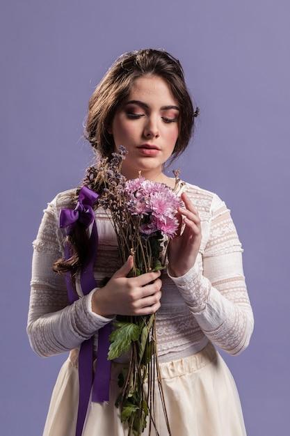 Vue Frontale, Femme, Apprécier, A, Bouquet Fleurs Photo gratuit
