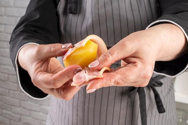 Vue Frontale, De, Femme, Chef Emballage, Lard, Autour De, Fruit Photo gratuit