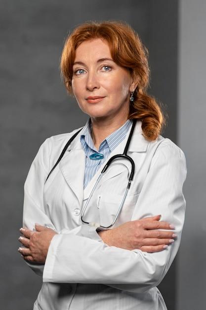 Vue Frontale, De, Femme Médecin, à, Stéthoscope, Poser Photo gratuit