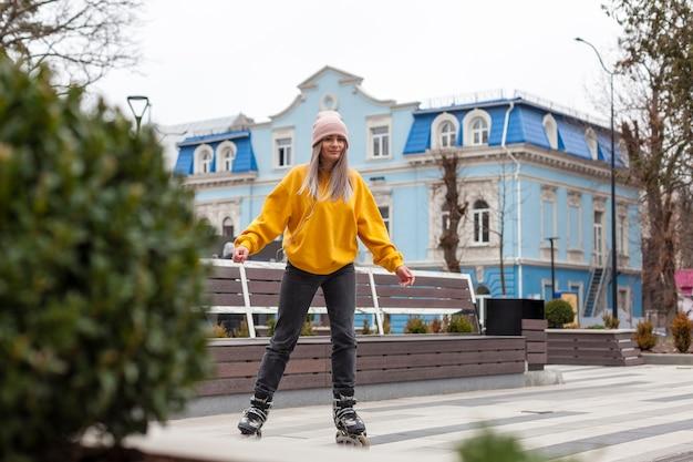 Vue frontale, de, femme, patin à roues alignées, dans ville Photo gratuit
