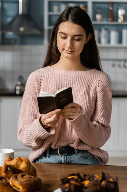 Vue Frontale, De, Femme Priant, à, Bible Photo gratuit