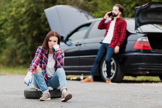 Vue frontale, de, femme, séance, sur, pneu Photo gratuit