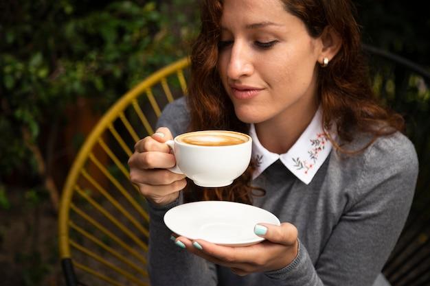 Vue frontale, de, femme tenue, tasse à café Photo gratuit