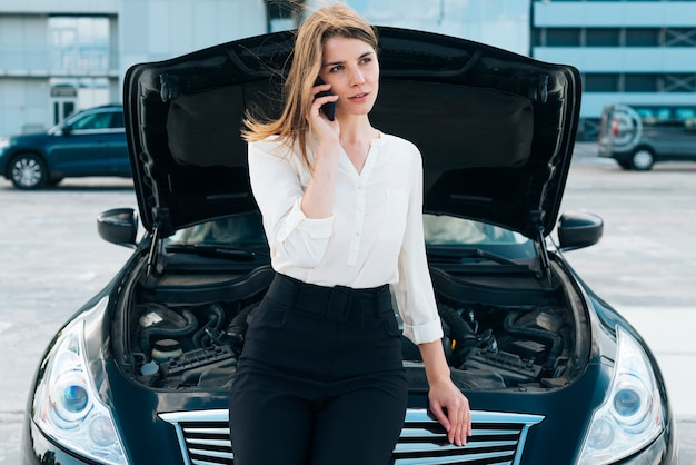 Vue frontale, de, femme, et, voiture Photo gratuit