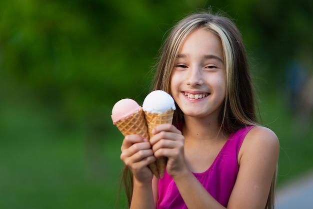 Vue frontale, de, fille, à, cônes glace Photo gratuit