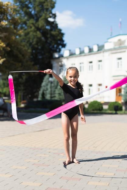 Vue frontale, de, fille, jouer, dans parc Photo gratuit