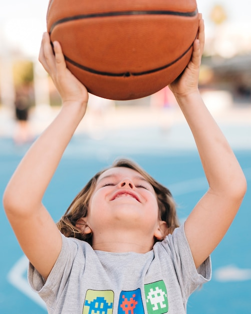 Vue frontale, de, garçon, jouer basketball Photo gratuit