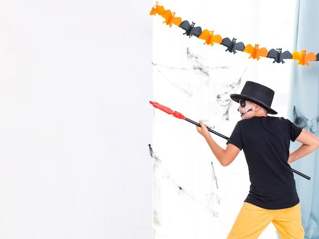 Vue frontale, garçon, tenue, trident halloween Photo gratuit
