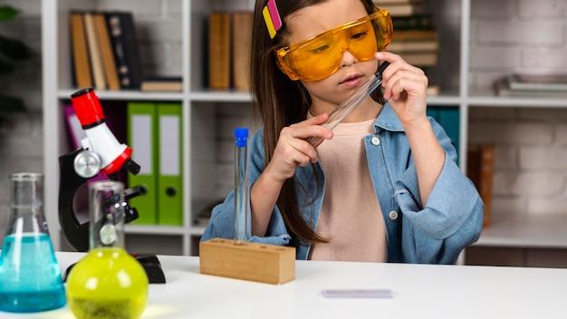 Vue Frontale, De, Girl, à, Lunettes Sécurité, Et, Microscope Photo Premium