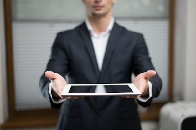 Vue Frontale, De, Homme Affaires, Tenant Tablette Photo Premium