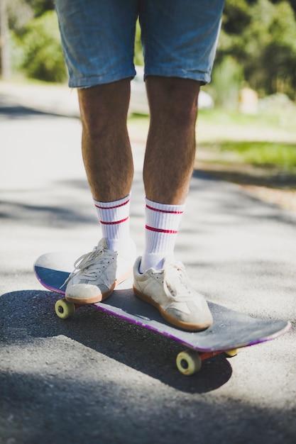 Vue frontale, de, homme, debout, sur, skateboard Photo gratuit
