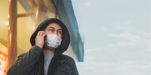 Vue Frontale, De, Homme, à, Masque Médical, Conversation Téléphone Photo gratuit