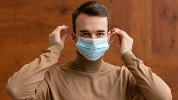 Vue Frontale, De, Homme, Mettre, Masque Médical Photo gratuit